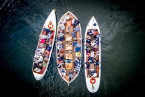 Komt u eten met een groep? Voor slechts €10,- p.p. varen de schippers van de Leidsche rederij u een uur door Leiden!